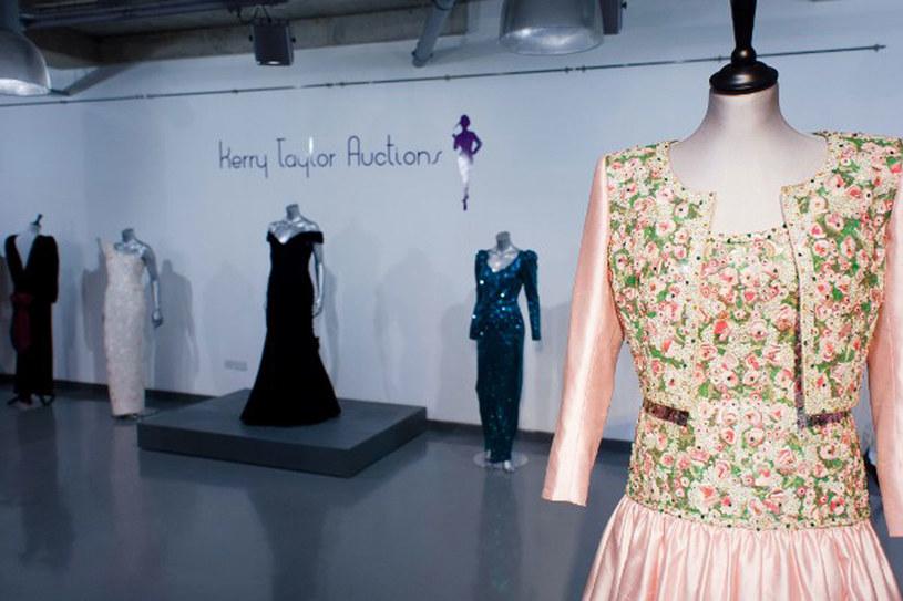 Książę William przekazał kolekcję sukien na aukcję /AFP