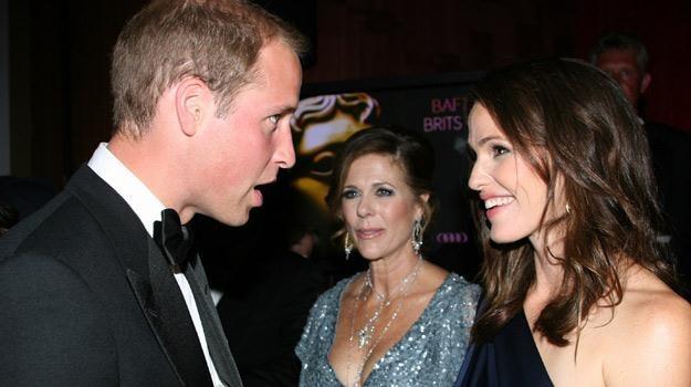 Książę William w rozmowie z Jennifer Garner oraz Ritą Wilson /AFP