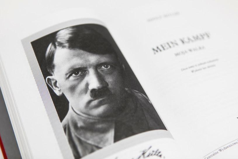 """Książka Adolfa Hitlera """"Mein Kampf. Moja walka. Edycja krytyczna"""" wydawnictwa Bellona w tłumaczeniu i opracowaniu prof. Eugeniusza Cezarego Króla /Adam Burakowski /Reporter"""