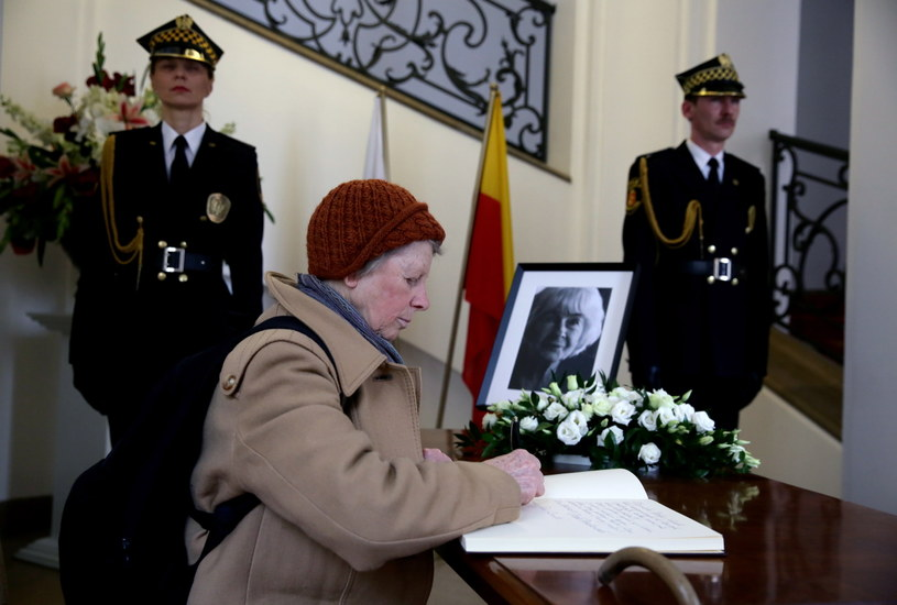 Księga kondolencyjna poświęcona pamięci Danuty Szaflarskiej wystawiona została 27 bm. w Urzędzie Stanu Cywilnego przy pl. Zamkowym w Warszawie /Tomasz Gzell /PAP