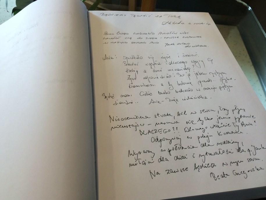 Księga kondolencyjna zapełnia się już wpisami /Kuba Kaługa /RMF FM