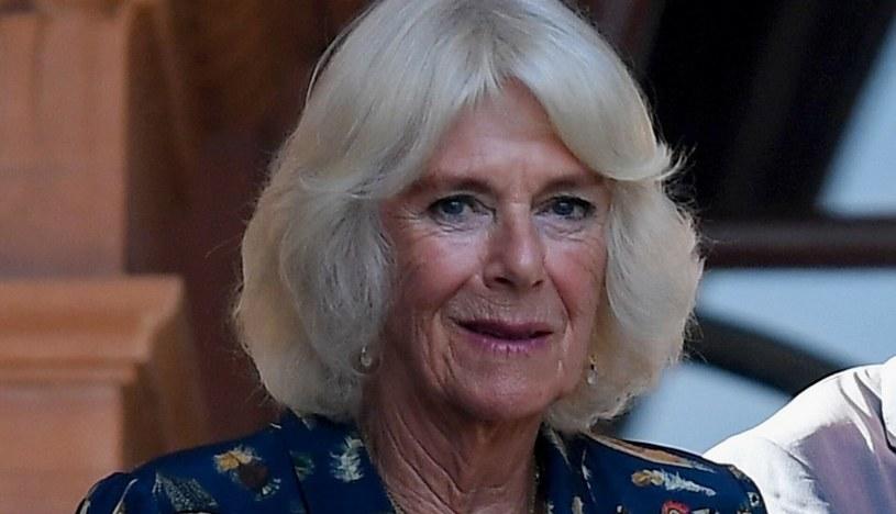 Księżna Camilla podczas wizyty w Glasgow postawiła na dość nietypowy wzór na sukience /Splashnews /East News