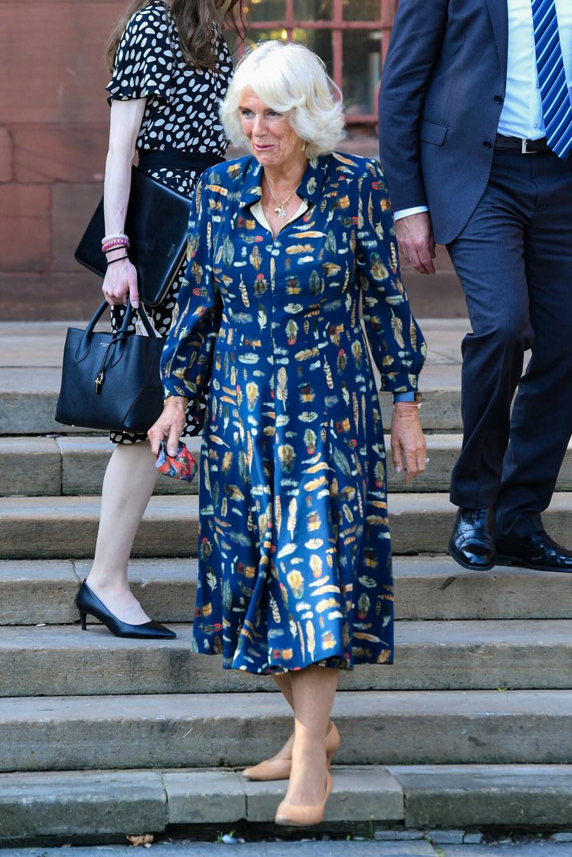 Księżna Camilla uwielbia granatowy kolor. Nic dziwnego, bardzo jej w nim do twarzy! /SplashNews.com /East News