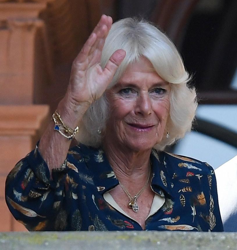 Księżna Camilla zadbała też o dodatki /SplashNews.com /East News