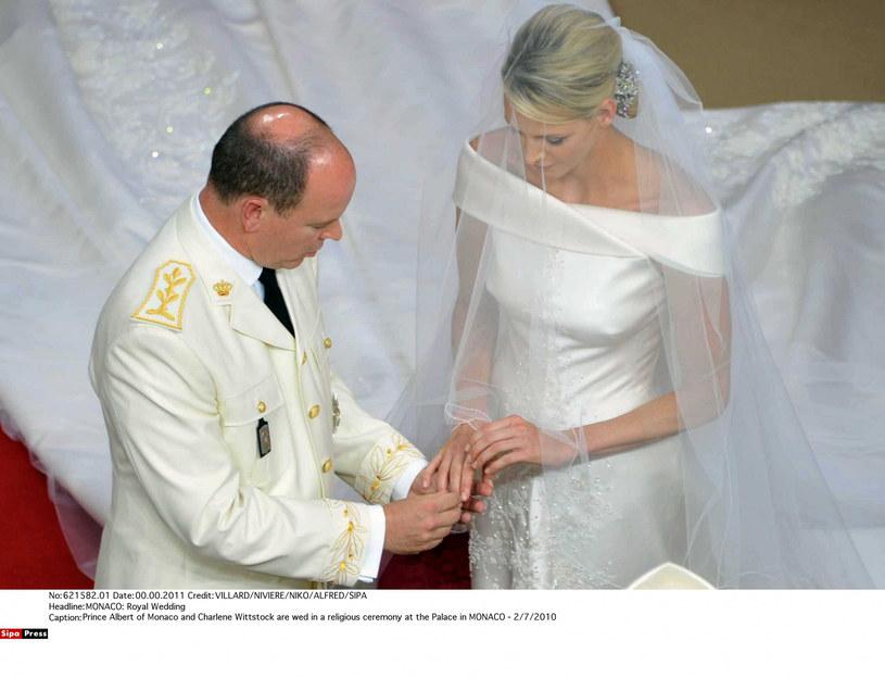 Księżna Charlene i Albert II w dniu ślubu /VILLARD /East News