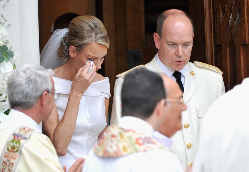 Księżna  Charlene i książę Albert w dniu ich ślubu /Gareth Cattermole /Getty Images