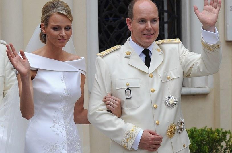 Księżna Charlene i książę Albert w dniu ślubu, kiedy to panna młoda nie mogła powstrzymać łez /Dominique Charriau /Getty Images