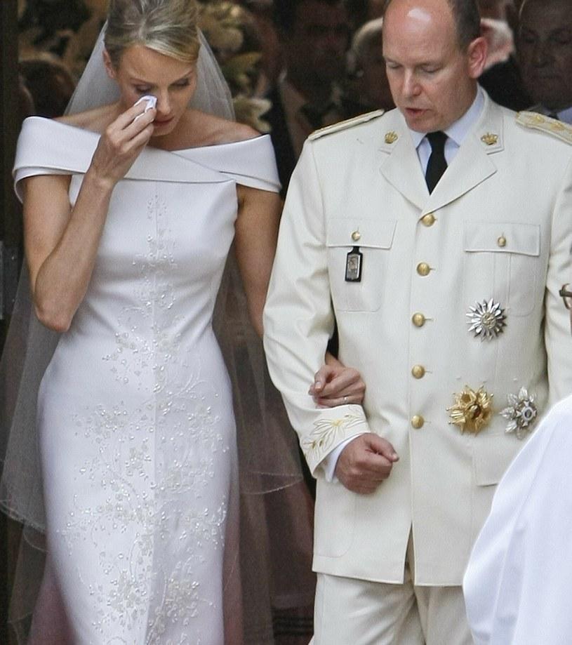 """Księżna Charlene podczas ślubu z księciem Albertem została okrzyknięta """"najsmutniejszą panną młodą"""" /AP /East News"""