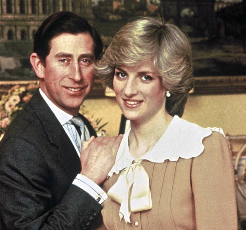 Księżna Diana często nosiła stylizacje z kołnierzykami /East News