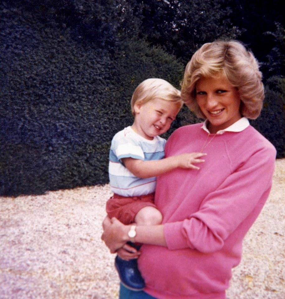 Księżna Diana w ciąży z Harrym i Williamem na rękach na zdjęciu z rodzinnego archiwum /DUKE OF CAMBRIDGE AND PRINCE HARRY / KENSINGTON PALACE /PAP/EPA