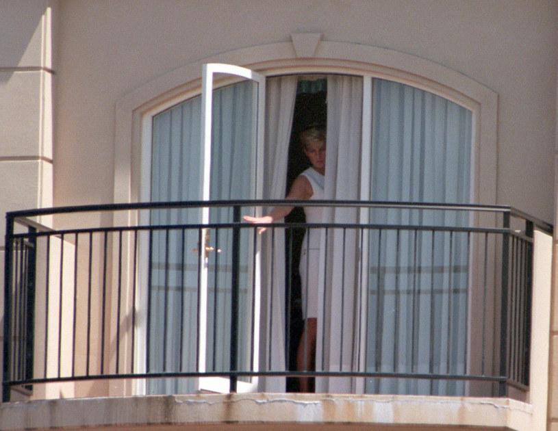 Księżna Diana w oknie hotelu Ritz Paris /Patrick Riviere /Getty Images