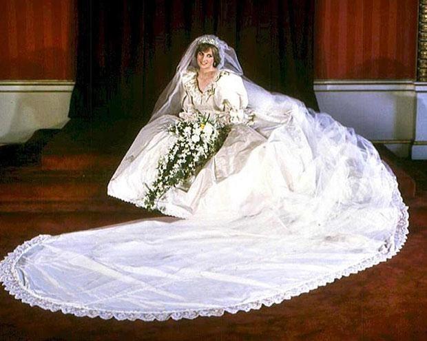 Księżna Diana w swojej sukni ślubnej  /AFP