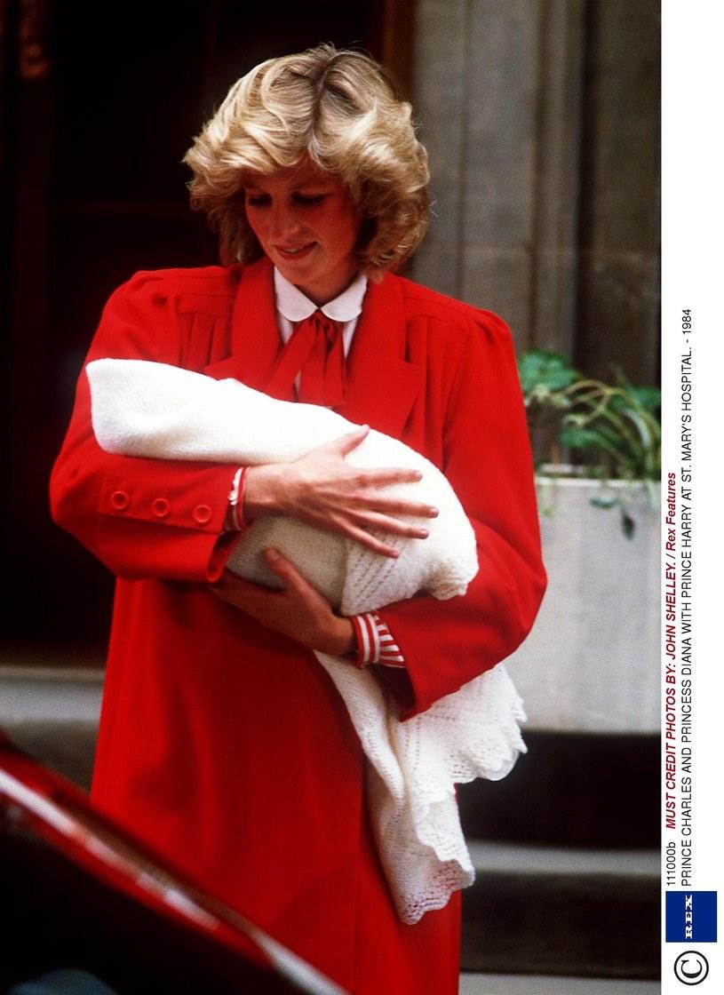 Księżna Diana z małym Harrym przed szpitalem św. Marii, 1984 rok /JOHN SHELLEY. / Rex Features /East News