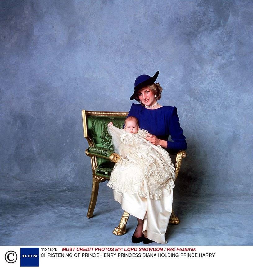 Księżna Diana z małym Harrym w dniu chrztu /LORD SNOWDON / Rex Features /East News