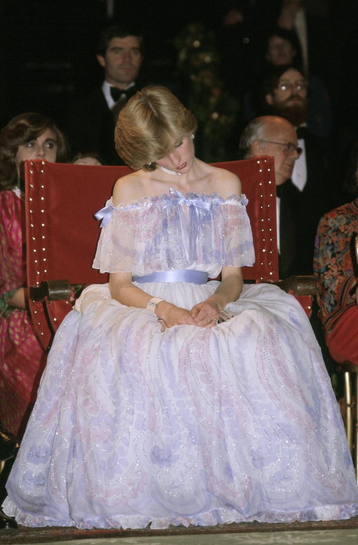 """Księżna Diana zasnęła podczas uroczystości w Muzeum Victorii i Alberta z powodu zmęczenia. Zdjęcie to obiegło media, a Diana została okrzyknięta """"śpiącą królewną"""" /Tim Graham /Getty Images"""