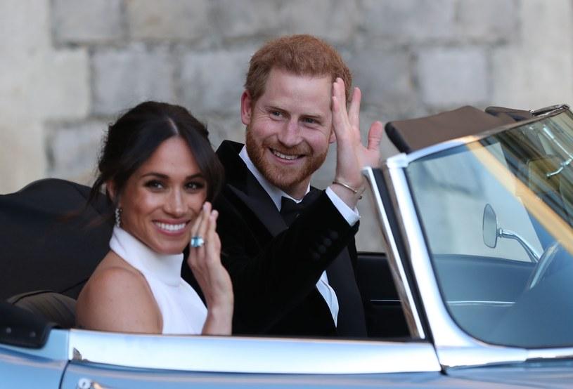 Księżna i książę Sussex w drodze na przyjęcie weselne /AFP