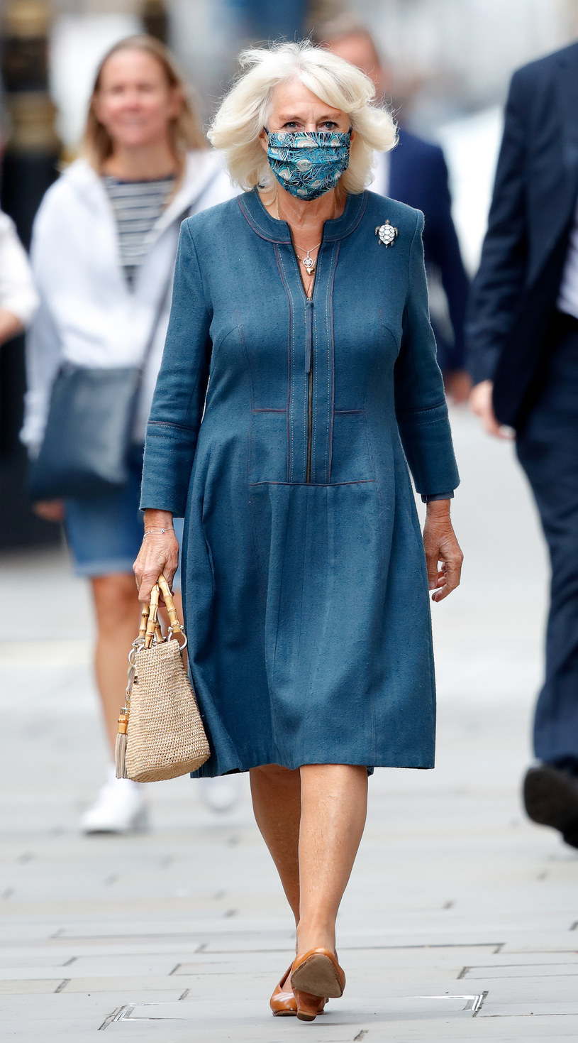 Księżna Kamila zwraca uwagę na niezabudowaną górą i podkreślony biust. Oto idealny look na co dzień /Getty Images