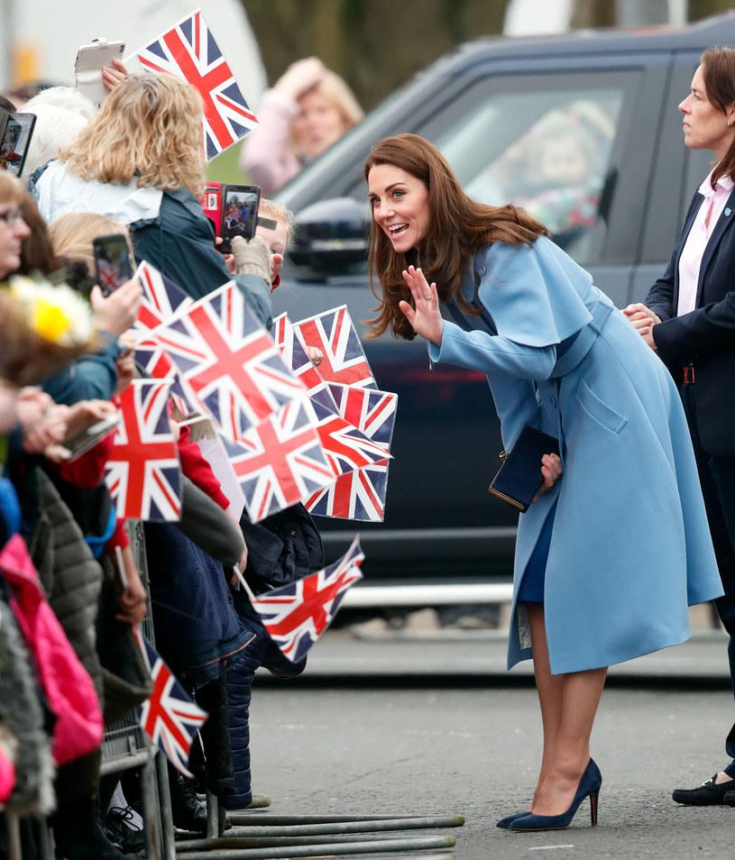 Księżna Kate chętnie nosi  granatowe szpilki i te w odcieniach błękitu. To uniwersalne kolory /Getty Images