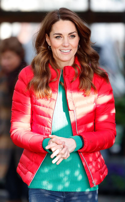 Księżna Kate chętnie pikowane kurtki. Zestawia je z dżinsami /Getty Images