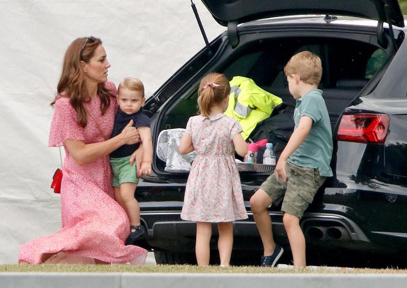 Księżna Kate chętnie podróżuje z dziećmi. Do wyjazdów i imprez w plenerze podchodzi bezstresowo /Getty Images