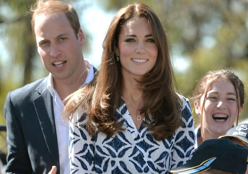 Księżna Kate do letniego zestawu wybrała minimalistyczną, srebrna biżuterię /Getty Images