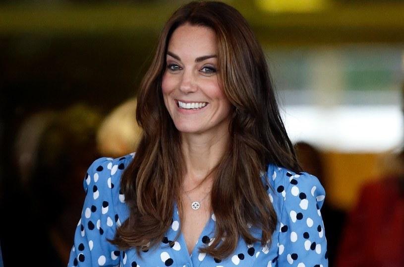 Księżna Kate do niebieskiej sukienki wybrała szpilki w kolorze nude /Getty Images