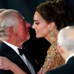 """Księżna Kate i książę Karol na premierze """"Bonda"""". Niebywałe, co wyszło..."""