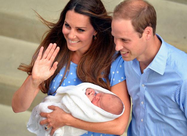 Księżna Kate i książę William pokazują syna /AFP