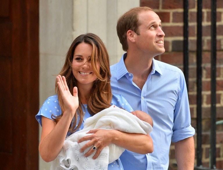 Księżna Kate, książę William i ich nowo narodzony synek /AFP