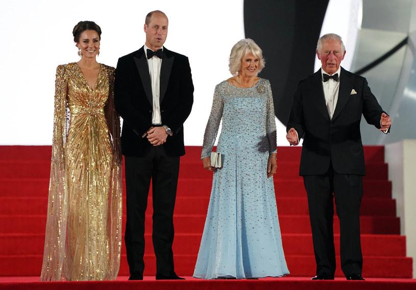"""Księżna Kate, książę William, książę Karol i Camilla na uroczystej premierze filmu """"Nie czas umierać"""" /FORUM /Agencja FORUM"""
