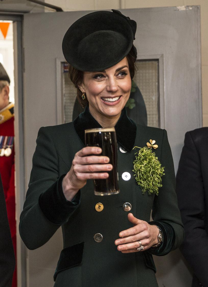 Księżna Kate ma rzadko okazję publicznie raczyć się piwem /WPA Pool /Getty Images