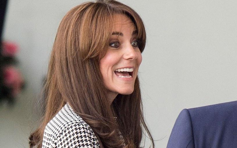 Księżna Kate od lat cieniuje długie  włosy, aby dodać im lekkości /Getty Images