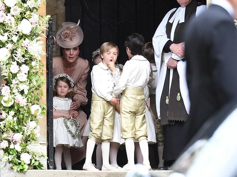 Księżna Kate podczas ślubu Pippy starała się panować nad dziećmi, lecz te, zwłaszcza książę George, nie były zbyt chętne do współpracy /Samir Hussein /Getty Images