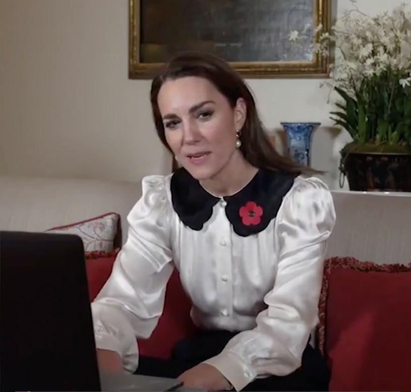 Księżna Kate podczas wirtualnego spotkania zaprezentowała się w stroju pozostającym w zgodzie z najświeższymi trendami /Ferrari Press /East News