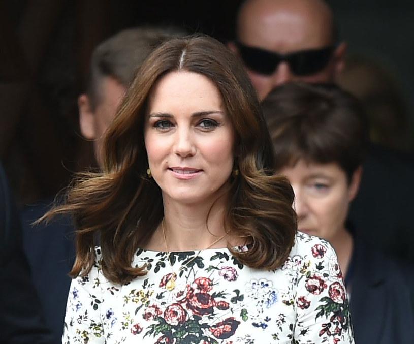 Księżna Kate  podczas wizyty w Gdańsku 2017 miała rozpuszczone włosy u pofalowane końcówki. Ta fryzura odejmuje lat /MWMedia /MWMedia