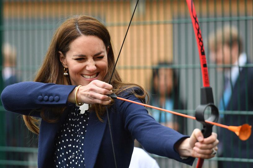 Księżna Kate potrafi zaskoczyć zgromadzonych. Podczas wizyt oficjalnych często zdradza swoje sportowe zacięcie /Getty Images