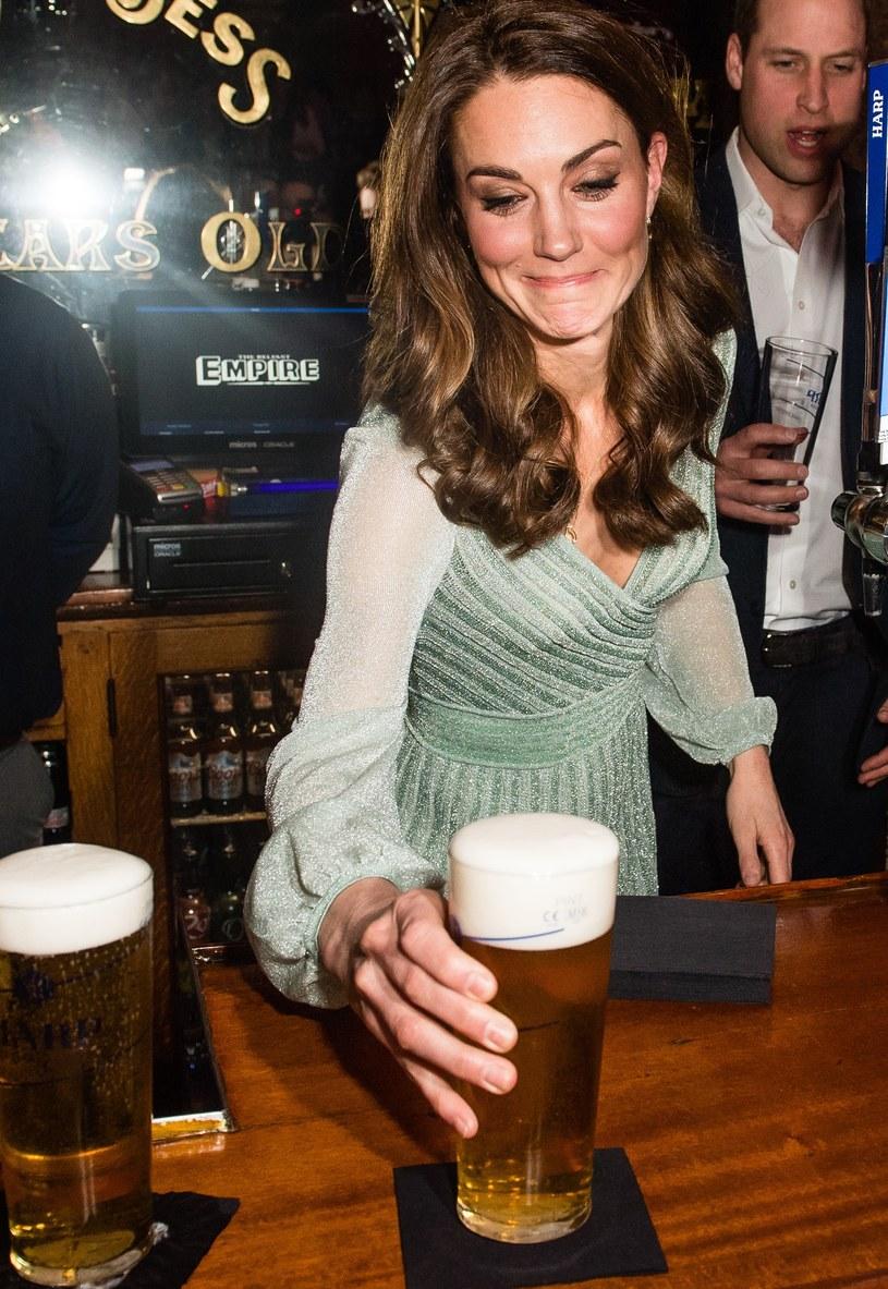 Księżna Kate prywatnie okazała się fanką ciemnego piwa /Samir Hussein /Getty Images