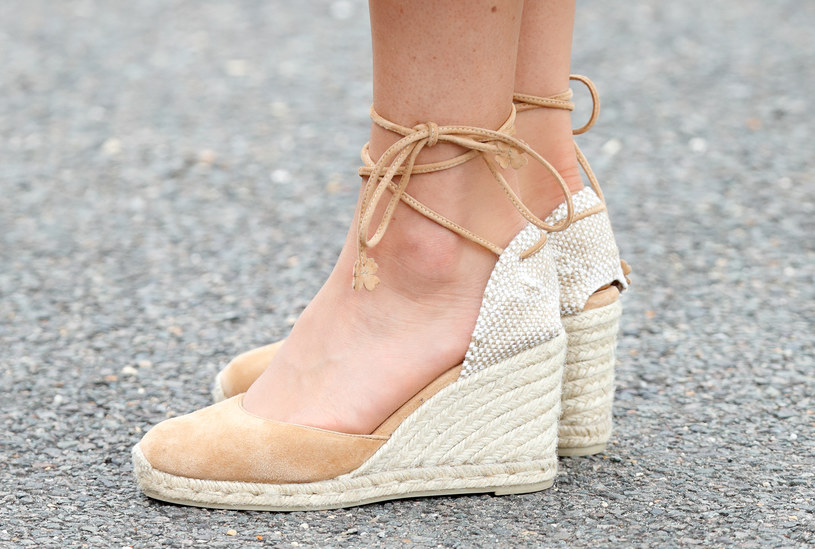 Księżna Kate stawia na wygodę i latem decyduje się na buty na koturnach