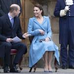 Księżna Kate trzyma się za zaokrąglony brzuszek!