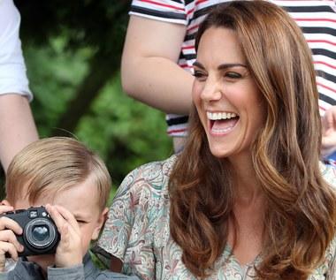Księżna Kate uwielbia buty na koturnie. Z czym je łączy?