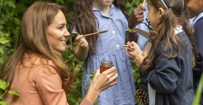Księżna Kate uwielbia spotykać się z dziećmi i właśnie przy okazji takiego spotkania zaskoczyła wyznaniem o swoim hobby /WPA Pool /Getty Images