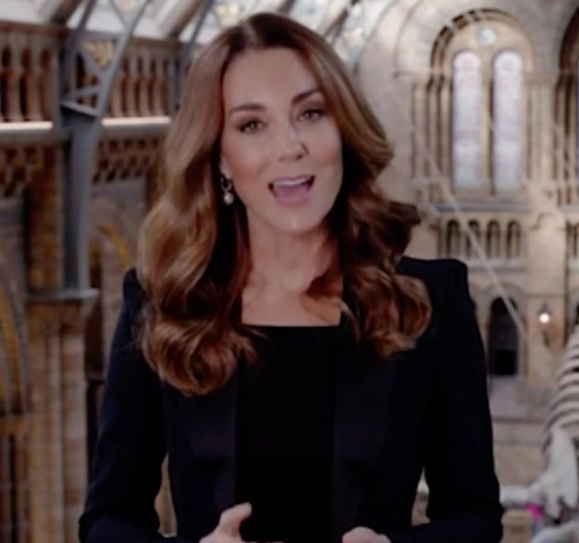 Księżna Kate wie, że mocno zaznaczone ramiona stanowią jeden z czołowych trendów w tym sezonie /Kensington Royal/Ferrari Press/East News /East News