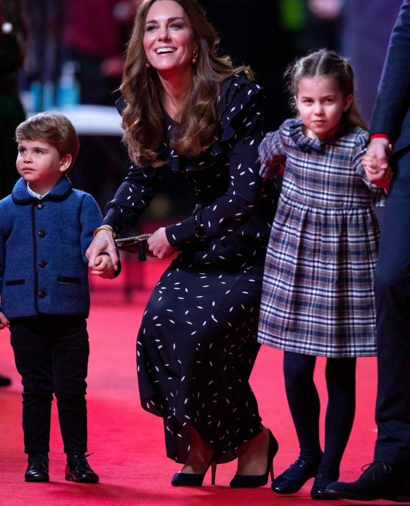 Księżna Kate z dziećmi /AARON CHOWN/AFP/East News