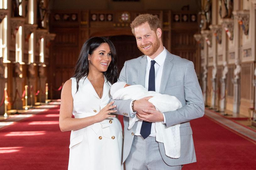 Księżna Meghan i książę Harry z synem podczas pierwszej konferencji prasowej po narodzinach /Getty Images