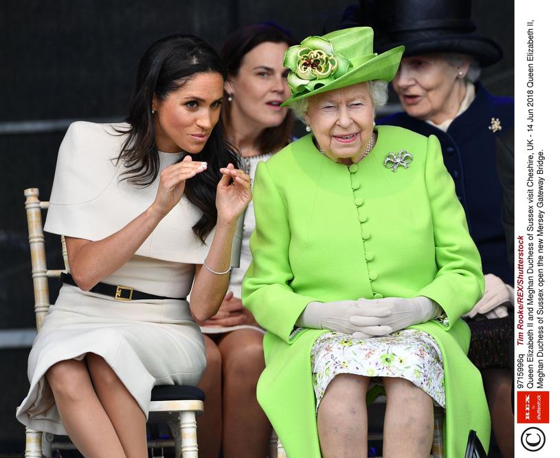 Księżna Meghan w towarzystwie królowej Elżbiety wydaje się być zrelaksowana i zachowuje się swobodnie /East News