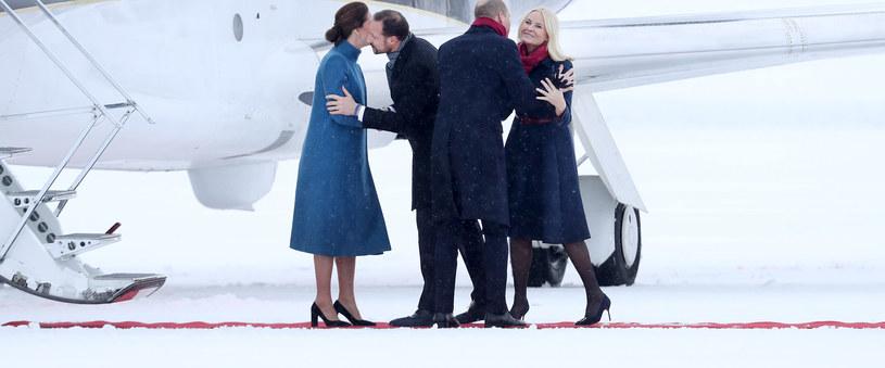 Księżna Mette-Marit jest zawsze uśmiechnięta i z radością wypełnia swoje obowiązki. Polegają one m,.in. na przyjmowaniu oficjalnych wizyt. Tu na zdjęciu z mężem oraz księżną Kate i księciem Williamem /Chris Jackson /Getty Images