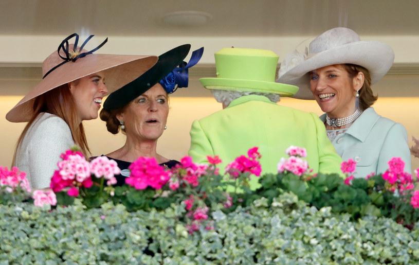 Księżniczka Beatrice, Sarah, Duchess of York i Lady Carolyn Warren rozmawiają z Elżbietą II / Max Mumby/Indigo / Contributor /Getty Images