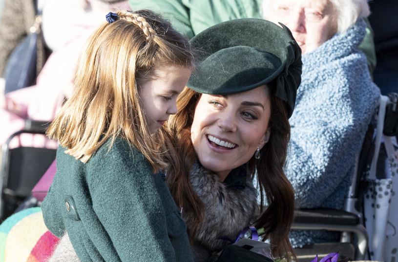 Księżniczka  Charlotte musi mieć upięte włosy i strój, który kolorystyczne współgra z ubiorem Kate /Getty Images