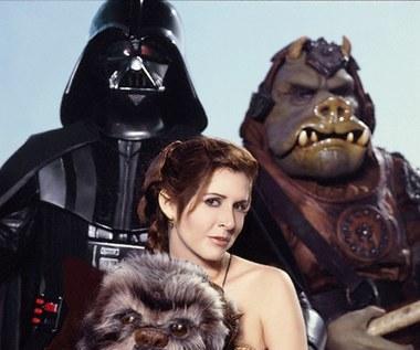 """Księżniczkę Leię zobaczymy w nowej części """"Gwiezdnych wojen"""" zatytułowanej """"Przebudzenie Mocy"""". Film trafi do kin w grudniu. W siostrę Luke'a Skywalkera ponownie wcieli się Carrie Fisher."""