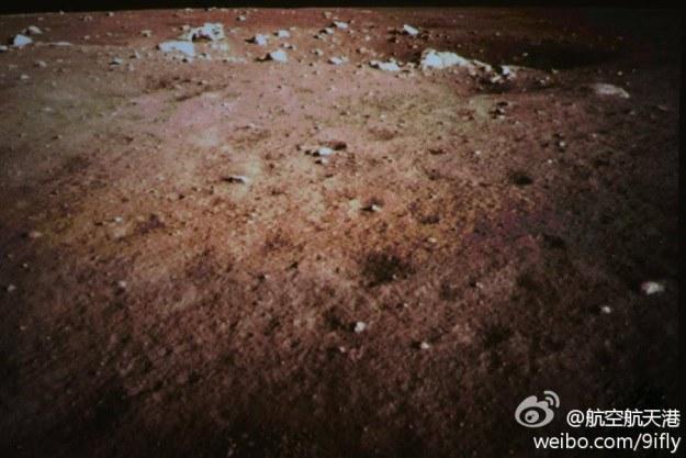 """Księżyc """"oczami"""" chińskiego łazika (Fot. China Space) /materiały prasowe"""